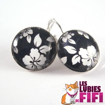 Boucle d'oreille fleurs : fleurs blanches sur fond noir