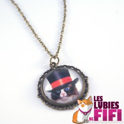 Collier chat steampunk : chat et son sont haut de forme à ruban rouge