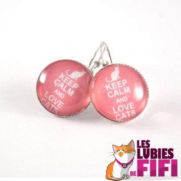 Boucle d'oreille chat : keep calm and love cats sur fond rose