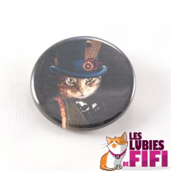 Badge chat : le chat et sa cocarde à plumes