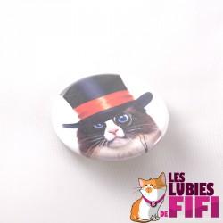 Badge chat : le chat et son haut de forme à ruban rouge