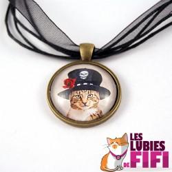 Collier chat steampunk : le chat et son chapeau noir avec la rose