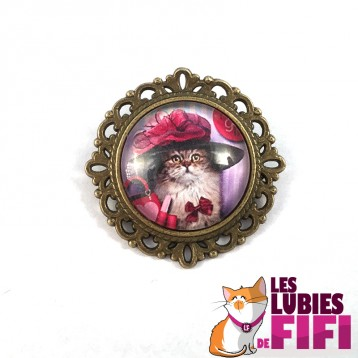 Broche chat : chat et sa capeline rose