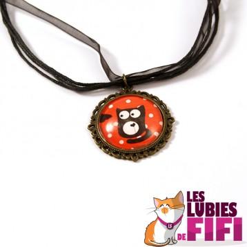 Collier chat : chat noir sur fond rouge