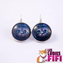 Boucle d'oreille chat noir : le chat et sa robe rouge