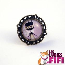 Bague chat : le chat et son chapeau noir avec la rose