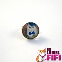 Bague chat : chat blanc et son noeud papillon bleu