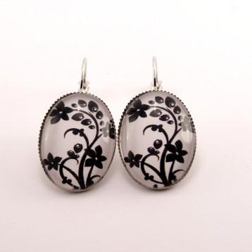 Boucles d'oreille fleurs : fleurs noires sur fond blanc