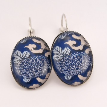 Boucles d'oreille fleurs : fleurs japonaises sur fond bleu